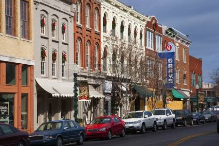 23059151-vehicles-along-historic-main-street-franklin-tennessee
